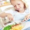 Як навчити дитину хорошим манерам за столом